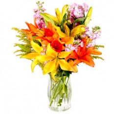 Lys assortis dans un vase