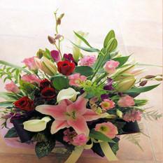 Panier de fleurs roses