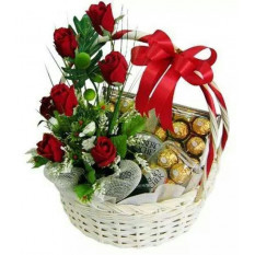 Panier Ferrero Avec Roses Rouges