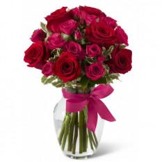 Roses rouges dans le vase