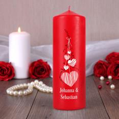 Bougie rouge pour les amoureux avec des noms et des coeurs