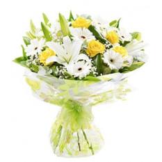 Bouquet de roses jaunes, de lys blancs et de gerberas blanches