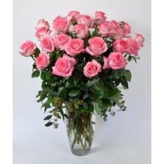 Arrangement de roses roses, ours en peluche et boîte en forme de chocolat en forme de coeur
