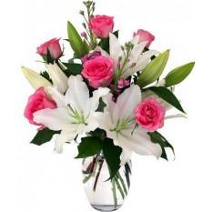 Roses roses et vase de lys blanc