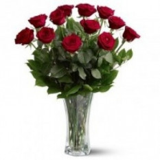 Une douzaine de roses dans un vase