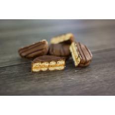 Biscuits sandwich au beurre d'arachide enrobés de chocolat